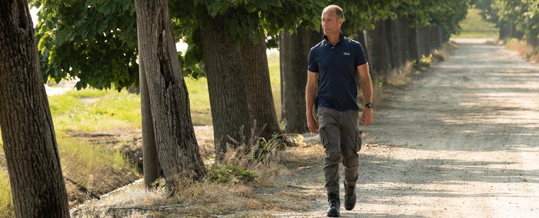 Il Conte Guarienti Torello cammina nel viale alberato che costeggia le serre dell'azienda agricola La Palazzina.