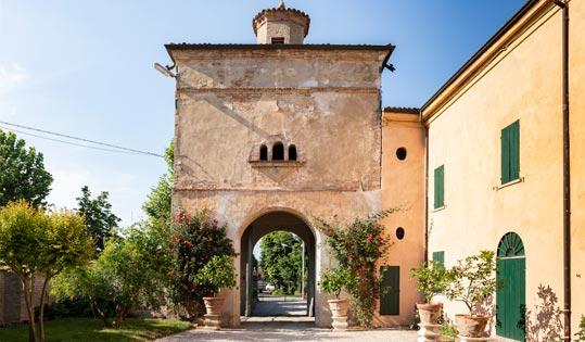 Ingresso con torrione all'entrata di Villa Malaspina
