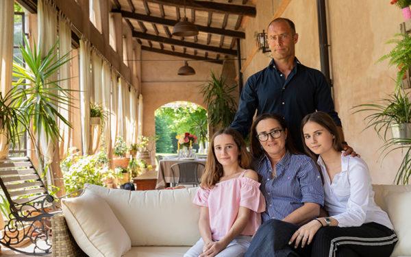 La famiglia Guarienti Torello. Marco e Beatrice Guarienti Torello con le due figlie