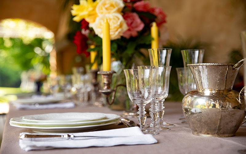 Villa Malaspina. Inerno Limonaie con tavola apparecchiata con porcellane e cristalli raffinati per eventi memorabili.
